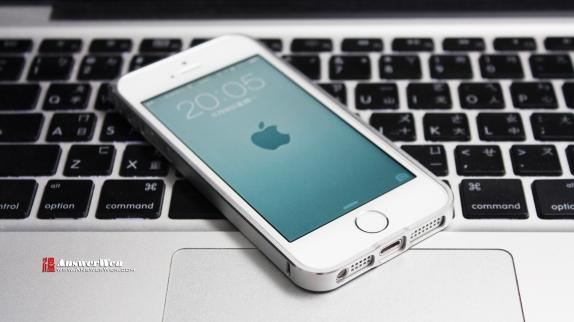 iphone-5s-laying-on-mac